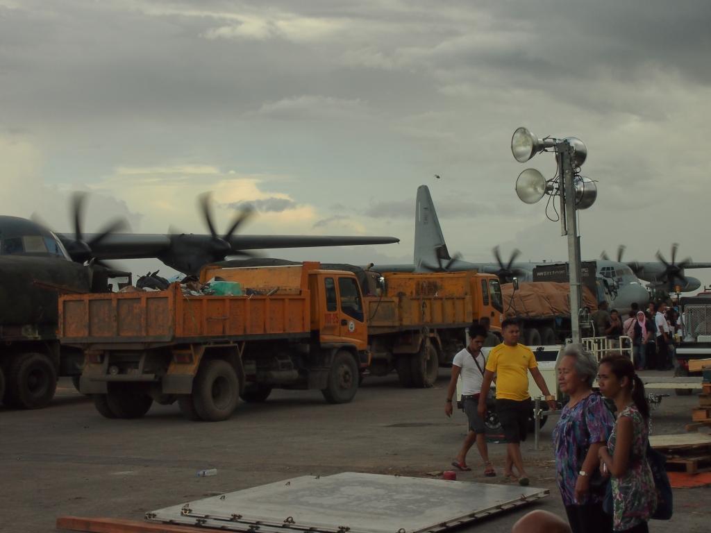 Arrivée du matériel de Caritas à l'aéroport détruit de Tacloban