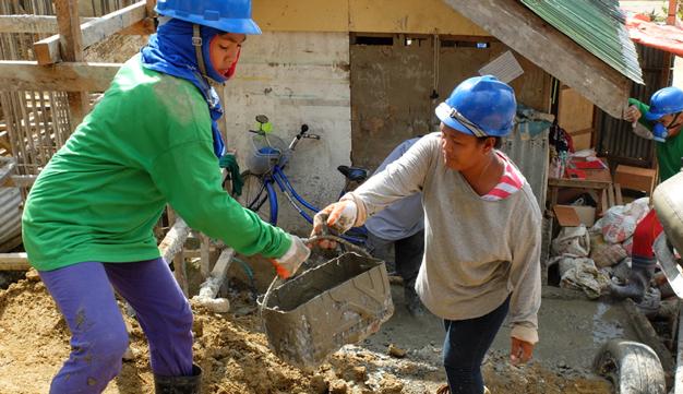 Les membres de l'équipe de construction travaillent six jours par semaine.