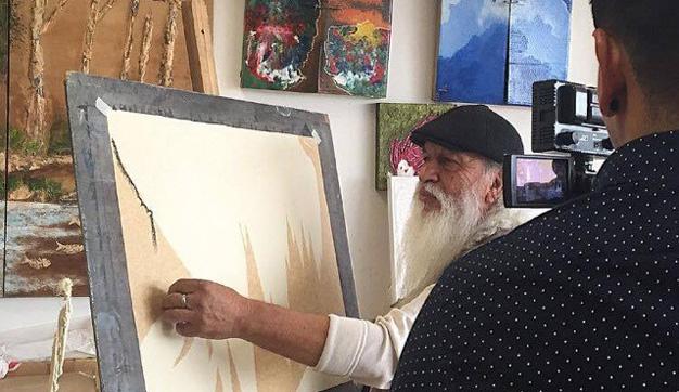 Bryan filmant un artiste peintre a la Casa de la Cultura